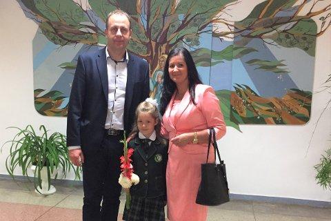 Bjarne O.R. Møller (46) fra Sørvågen bor i Litauen med kona Agne og tre små barn. Foran ser vi datteren Viktorija.