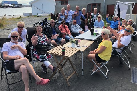 Et tredvetalls venndølinger har  parkert bobilen hos Mary Ann Iversen på Sjøstrand rorbuer på Ballstadlandet. Iversen (nr. 3 f.v.) er selv fra Vennesla.