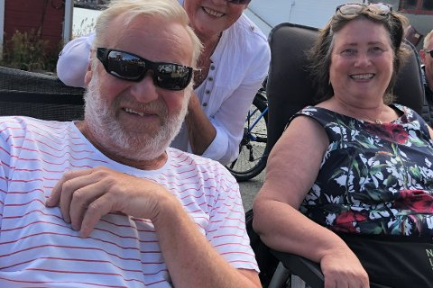 Roar Tveit og kona kjørte 180 mil med bobil for å bo hos Mary Ann Iversen (t.h.) på Sjøstrand rorbuer i fjor. Hvis Tveit og kona kommer i år, blir det for niende gang.
