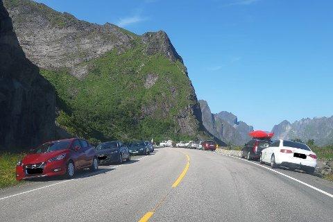 Bilene står tett i og langs veien ved Reinebringen under sommermånedene.