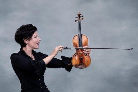 """""""La deg nå dine mål"""", kaller Elena Yakovleva (47) dette bildet. 1. september starter den tidligere yrkesfiolinisten som kultursjef i Vestvågøy kommune."""