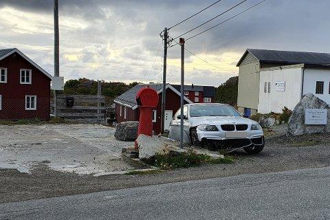 En bil har kjørt av veien og krasjet i en steinkant i Vaglesvingen i Stamsund.