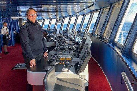 Barentshavet 20200804.  Kaptein på MS Spitsbergen Maryann Bendiksen har satt kursen fra Svalbard til Tromsø. Alt mannskap skal testes, og alle passasjerene oppfordres også til å la seg teste for Covid 19 før de får gå i land. Foto: Tor Richardsen / NTB scanpix