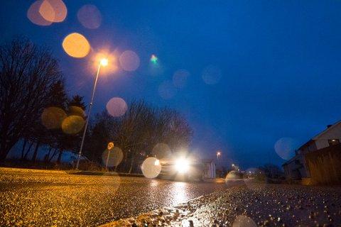 Politikerne har nå funnet penger til gatelys ut året og dermed blir det lys langs veiene rundt om på øya, som her på Leknes.