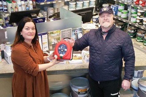 Rino Leirvoll er leder av Napp skytterlag. Torsdag troppet han opp hos avdelingsleder Marthe Vollan på Byggtorget, for å vise fram den nyinnkjøpte hjertestarteren og takke pent for den generøse gaven.