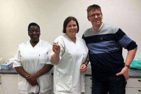 KLARE FOR VAKSINERING: F.v. kommunelege Albertine Ilondo, helsesykepleier Renate Steffensen og helse- og omsorgssjef i Moskenes Sverre Monsen.