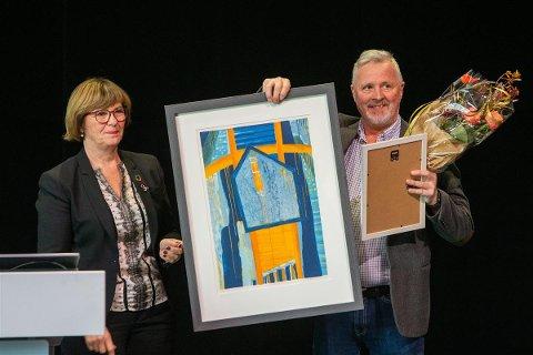 Finn Henrik Pettersen ble tildelt Opplæringsprisen under fylkestinget mandag. Det var leder Rita Lekang i Yrkesopplæringsnemnda i Nordland som delte ut prisen.