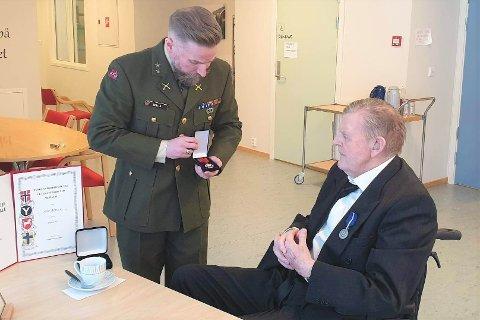 Håvard Walla (t.v.) fra Lofoten house of veterans delte ut de to hedersmedaljene til veteran Arne Arntsen (93) på Lekneshagen sykehjem tirsdag.