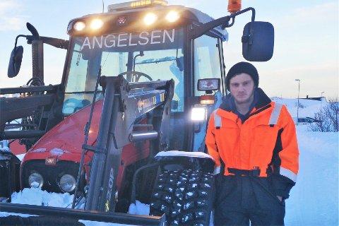 Vegar Angelsen (19) har startet egen bedrift, som skal tilby brøyte- og gravetjenester.