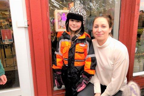 Petrine (6) og medelevene fikk stille ut lysboksene sine i butikkvinduet hos mamma Miriam Berre på Berre & Torg på Ramberg.