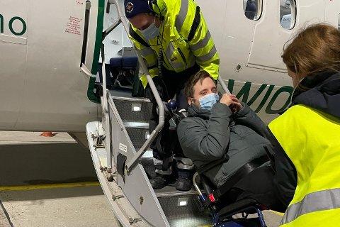 Rullestolavhengige Tobias Mitterschifftaler  fra Gravdal er avhengig av fly når han skal hjem til Lofoten. Kravet om ledsager gjør reisene dobbelt så dyre for 23-åringen.