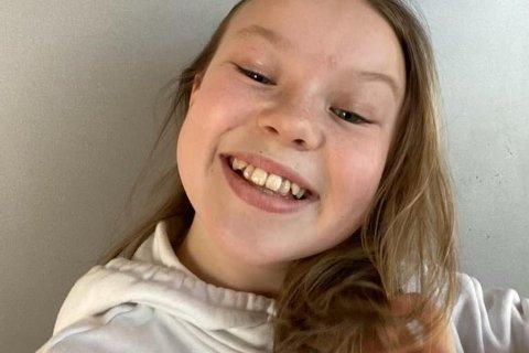 Sarah Therese Johansen (11) fra Ramberg har vært tungeskjærer siden hun var seks år. Nå taper hun inntekt.