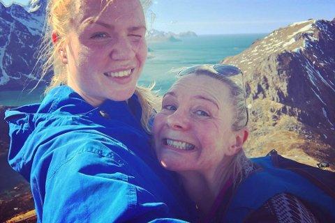 Ikke bare liker Lene Kristin Bendiksen (29) og mora Eirin Egghjem (47) å gå på fjellet i lag. De tok også vernepleierstudiet samtidig. Nå har begge fast jobb i Vestvågøy kommune.