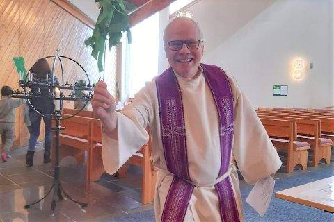 Sogneprest Frode Wigum iført fiolett stola som symboliserer forberedelse, oppgjør og sorg, og som brukes i adventsida og fra askeonsdag til påskeaften.