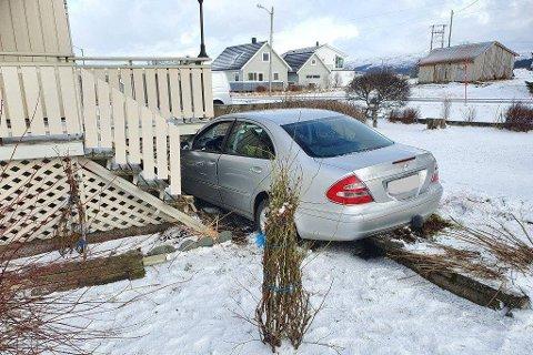 Den uheldige bilføreren kjørte inn i verandaen til et bolighus på Leknes onsdag formiddag.