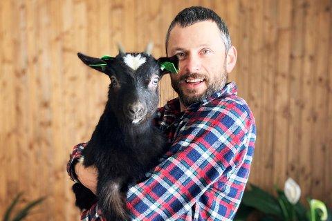 """""""Klikk og Hent - ikke vent!"""" sier Trygve Luktvasslimo (42) som bruker geita Trygvina til markedsføringen av hørespillet """"Mulighetsperleporten""""."""