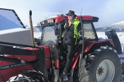 – Jeg har en amerikansk traktor fra 1990. En Case 5140. Det er nok den fineste traktoren jeg har hatt, sier Jan Karlsen (65), som mekker traktorer på Skulbru.