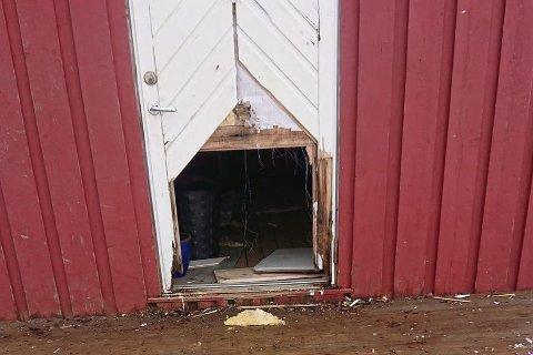Bildene viser døra som er blitt sparket i stykker ved Buksnes skole.