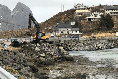 Arbeidet med fundamenteringen for en ny bru ved Andøyvalen er i gang. Den nye brua skal være på plass før 4. juni.