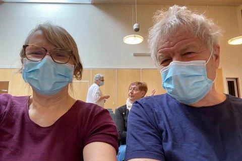 Kunstnerparet Vebjørg (68) og Scott (73) Thoe fra Stamsund har fått sin første dose med koronavaksine. «Vaksfie fra Vestvågøy! Endelig var det vår tur!» skriver Vebjørg om vaksine-selfien.