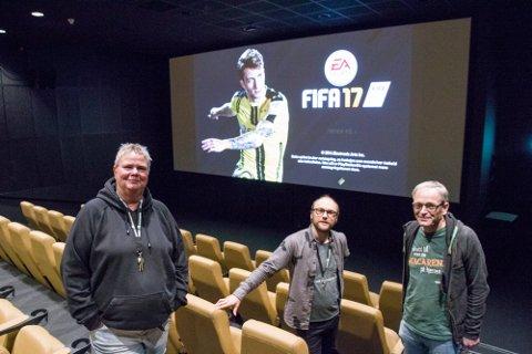 Qltura fritidsklubb og ungdomsarbeider Britt Aune (t.v.) inviterer til filmkveld på Meieriet. Her fra tidligere spillturnering med Thor-Yngve Hetzler og kinosjef Paul-Einar Olsen.
