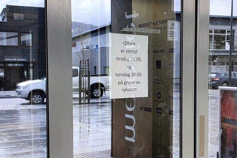 «Qltura er stengt tirsdag 18.05. og torsdag 20.05. på grunn av sykdom», står det å lese på en lapp på inngangsdøra til Meieriet kultursenter.