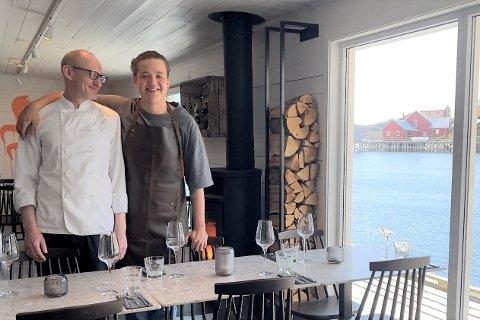 Kokk Maciek Wolejszo (t.v.) og daglig leder Marcus Vian Engen åpner dørene til restaurant Solsiden Lofoten fredag ettermiddag.