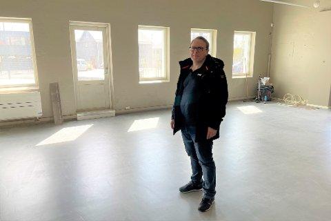 Leder Arild Jakobsen i Vestvågøy kommune eiendomsdrift i de foreløpig tomme kafelokalene på Meieriet kultursenter.