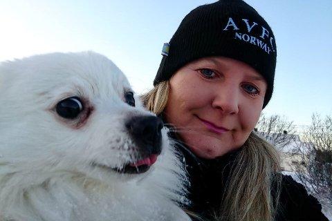 Randi Loe (55) har takket ja til stillingen som kinosjef ved Meieriet kino Vestvågøy. Hunden Leo kommer til Lofoten etterhvert.