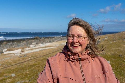 Kristina Kjellson kommer fra Jämtland, men bor på Lyngedal på Vestvågøy. Nå skal hun stelle hagen i finværet som er meldt.