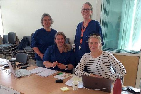 Vaksinekoordinator Anne Margrethe Voie Hansen (stående bak) avbildet sammen med helsefagarbeider Renate Romuld, helsesykepleier Jorunn Angelsen og Hilde Holand, leder for koronateamet.