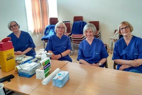 Pensjonistene Tove Gjernes (73, tidligere helsesykepleier), Jorunn Hagen (69, tidligere hjelpepleier), Unn May Storvik (67, tidligere helsesekretær) og Ann Peggy Skulbru (tidligere kreftsykepleier) har trådt til for å få folk koronavaksinert i sommer.
