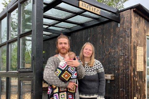 Lisa Pliassova og Parsa Massahi har åpnet gårdsutsalg på Polarhagen på Ner-Voll.