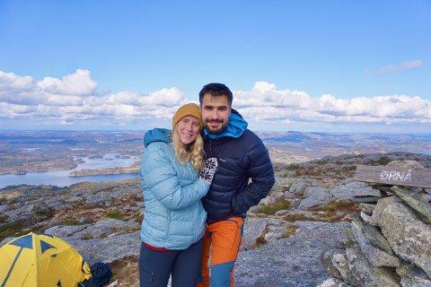 Emilie Johansen og Omar Marouf koser seg på fjelltur og gleder seg til å utforske Lofotfjellene.
