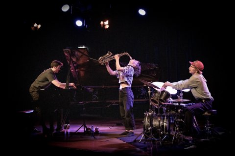 Unge jazztalenter som springerut fra den velkjente jazzlinja i Trondheim i trioen Emmeluth/Hulbækmo/Petersen