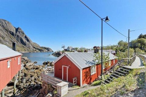 Disse rorbuene i Nusfjord ligger ute for salg.