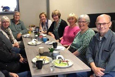 Gamle klassekamerater: F.v. Karin Uppheim, Gunnar Silsandvik, Randveig Arntsen, Sissel Holm, Kirsten Myklebust, Helen Gundersen og Inge Markussen.