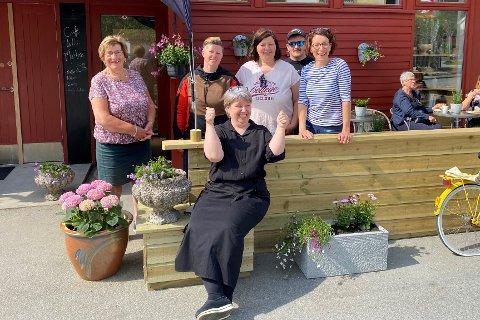 En overrasket kafeeier Marit (foran), flankert av Anne-Lise Johansen (f.v..), Eirin-Anita Johansen, Renate Johansen, Jim og Veronica Olaisen.