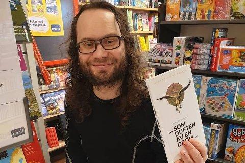 Forfatteren og journalisten Bjarne Benjaminsen (41) – her med boka «… som duften av en drøm …» som kom ut i 2020.