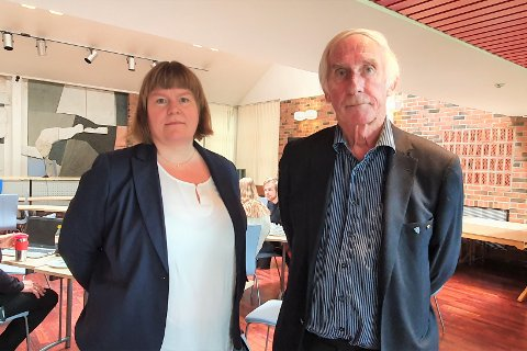 Trude Anita Hartviksen (46) disputerte for doktorgraden over video, mens faren Bjørnar (70) og øvrige familie, venner og kollegaer fulgte med fra kommunestyresalen på Leknes.
