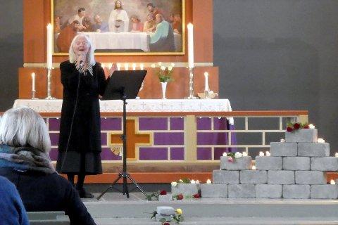 """Stamsunds egen Torill Melhus rørte sognepresten og de andre frammøtte med sin framføring av Mikael Wiehes """"Ska nya röster sjunga""""."""