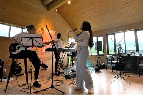 Ern Onpan (20, foran) spilte sammen med musikerne William Nicolaisen, Kenikale og Daniel Vårum på Alstad Kro & Camp 16. juli.