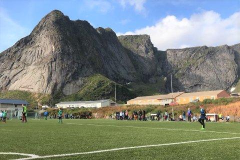 Fotballbanen til Reine IL har blit en populær møteplass. Til høsten bygger de tribune.