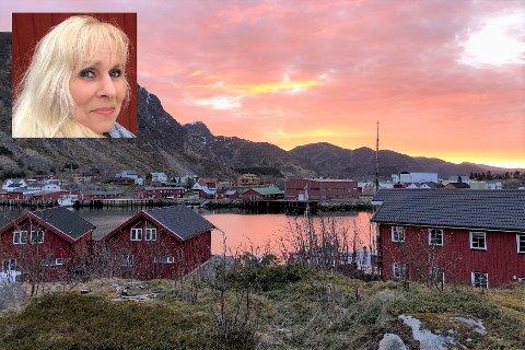 Linda Beth Bratlie (innfelt) i Lofoten eiendomsutvikling AS ser store muligheter for eiendommene hun har kjøpt på Gjermesøya. På bildet ser vi «Fiskerhuset» (t.h.) og to rorbuer, som utgjør deler av den 5,6 mål store eiendommen.