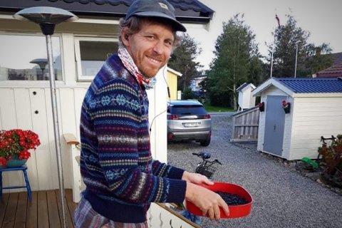 Esben Nedrebø (44) fra Gravdal er blitt hekta på bærplukking. – Det er godt, sunt og du høster av ressursene som naturen her i Lofoten gir, sier han.