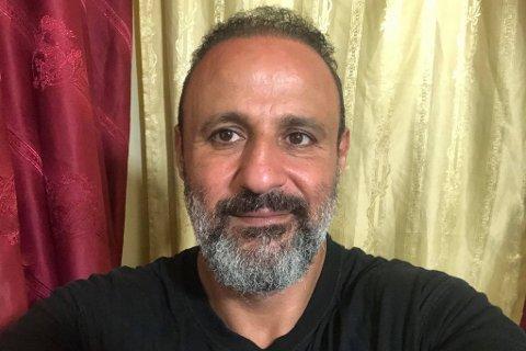 Ahmad Charafeddine (46) har sendt Lofot-Tidende en smilende selfie fra foreldrenes leilighet i Beirut, der han har bodd i over to år. Smilende til tross; firebarnsfaren beskriver dagene som lange og tøffe.