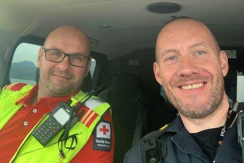 Politioverbetjent Thomas Thomassen ved Vest-Lofoten lensmannkontor (t.h.) roser de frivillige redningsmannskapene – her representert ved operativ leder Alfred Busch i Vestvågøy Røde Kors Hjelpekorps.