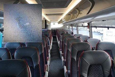 At folk spytter på bussgulvet (innfelt bilde) skjer heldigvis ikke hver dag. Men snus på gulvet er nærmest hverdagskost, ifølge en bussjåfør i Lofoten.