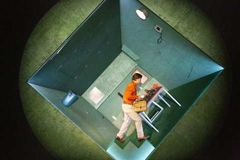 Forestillingen «Jeg... eh jeg» som vises på Meieriet kultursenter onsdag kveld består blant annet av en imponerende konstruksjon som får en leilighet til å spinne 360 grader rundt, vertikalt.
