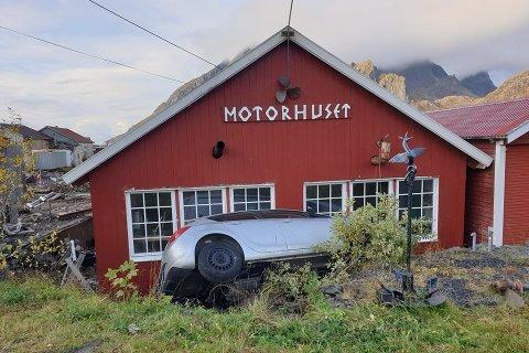 Både bilen og Motorhuset i Sund fikk hard medfart da en personbil med utenlandskregistrerte skilter kjørte av veien natt til fredag.